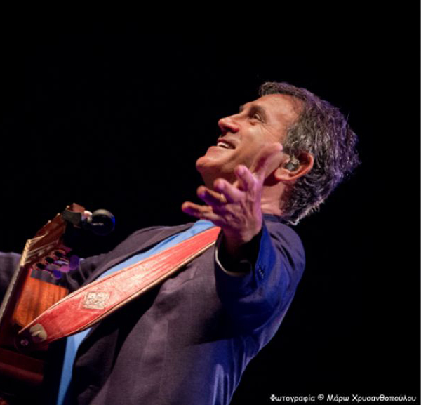 Ο Γιώργος Νταλάρας τραγουδά για το Μ.Α.Ζ.Ι. στο Μέγαρο Μουσικής