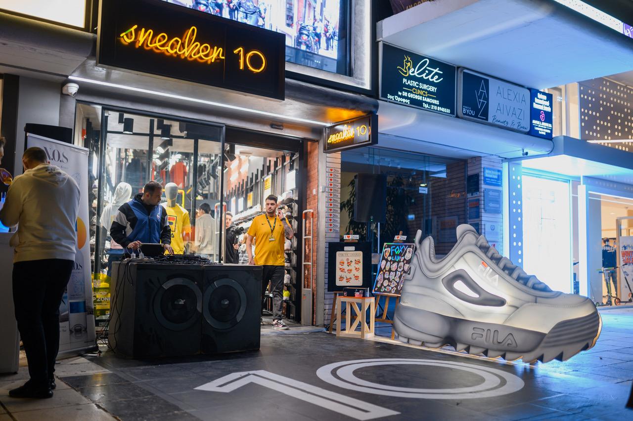 Ένα SUPERSIZED FILA Disruptor στο Street Party του Sneaker10!