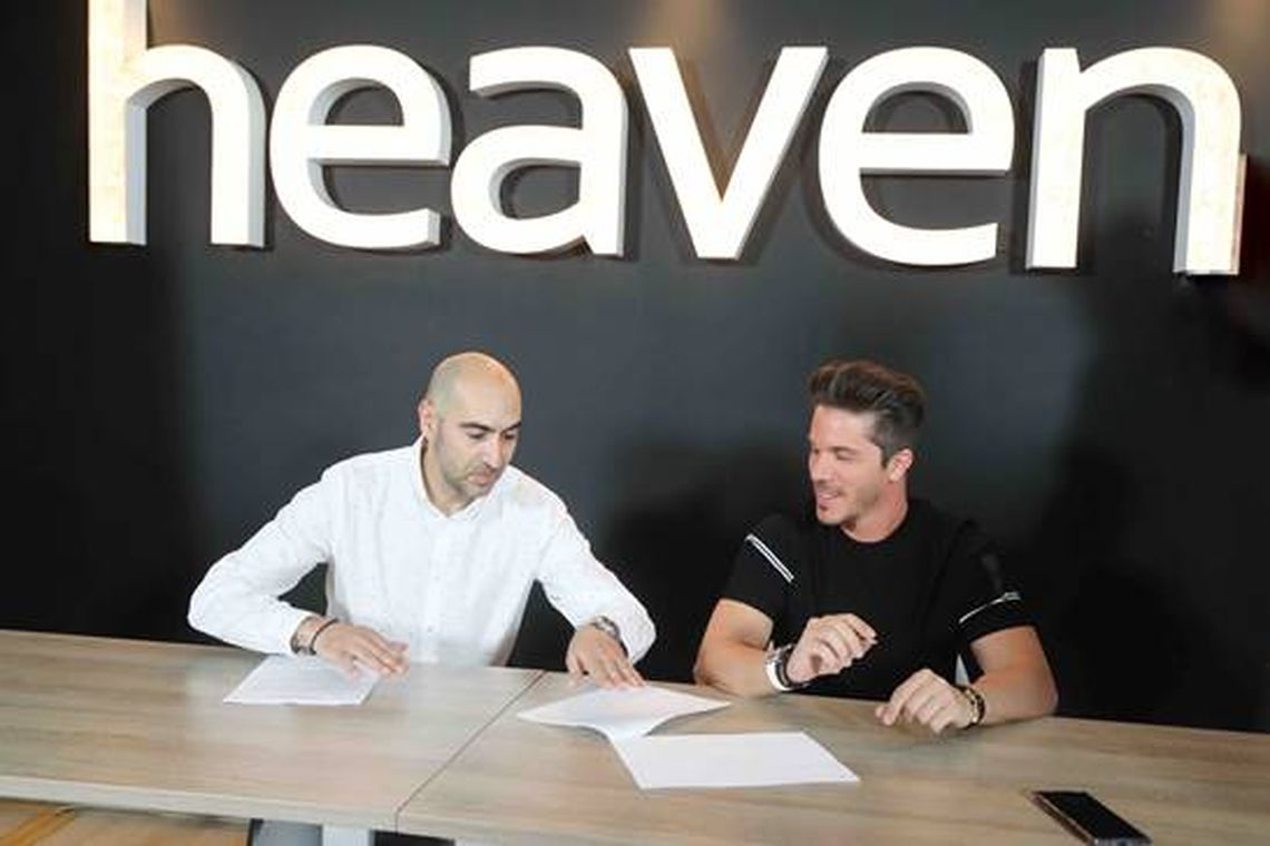 O Νίκος Οικονομόπουλος υπογράφει στη Heaven Music